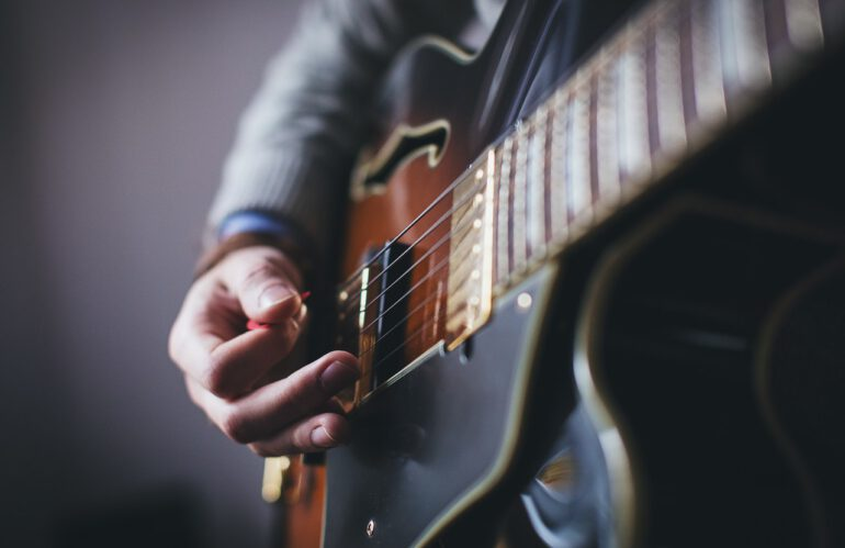 Dit is de beste manier om gitaar te leren spelen!