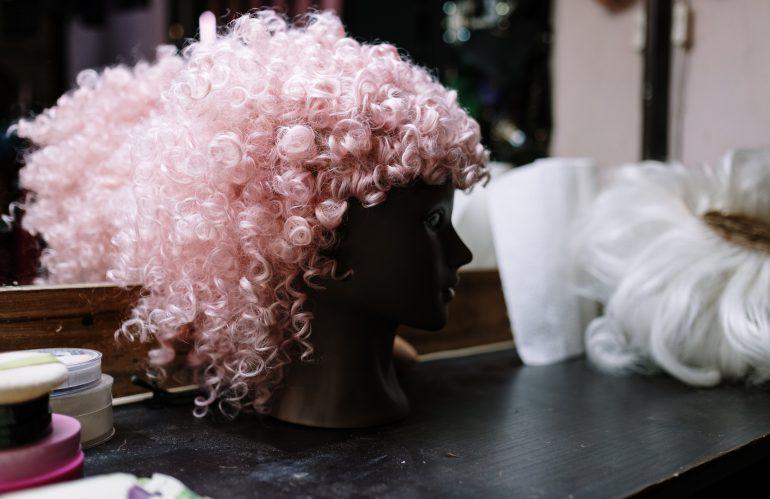 Wat is het verschil tussen pruiken met echt haar en synthetisch haar?